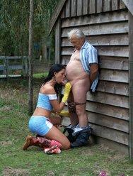 Молодая соседка совратила пожилого мужика - 7 картинка