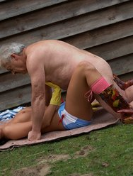 Молодая соседка совратила пожилого мужика - 15 картинка