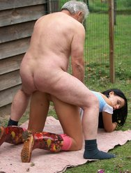 Молодая соседка совратила пожилого мужика - 11 картинка
