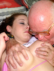 Дед оприходовал голубоглазую внучку - 6 картинка