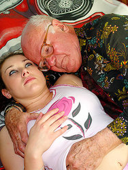 Дед оприходовал голубоглазую внучку - 1 картинка