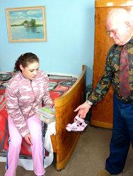 Дед оприходовал голубоглазую внучку - 3 картинка