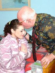 Дед оприходовал голубоглазую внучку - 4 картинка