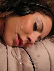 Парень кончает на девушку пока она спит - 3 картинка