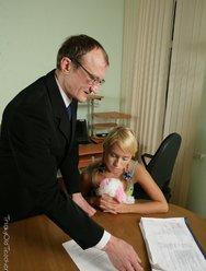 Отец имеет дочь раком на столе - 12 картинка