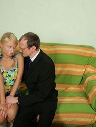 Отец имеет дочь раком на столе - 14 картинка