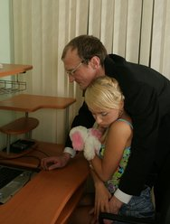 Отец имеет дочь раком на столе - 11 картинка