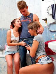 Паренек жарит молодых телок в ванной - 16 картинка