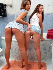 Паренек жарит молодых телок в ванной - 2 картинка