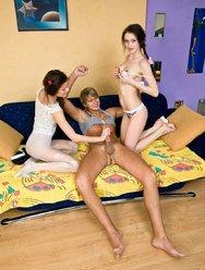 Две юные девчонки с красавчиком в постели - 2 картинка