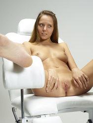 Гинеколог делает кунилингус клиентке - 1 картинка