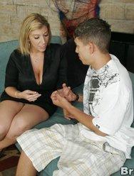 Опытная мамка с большими буферами учит молодого паренька трахаться - 2 картинка