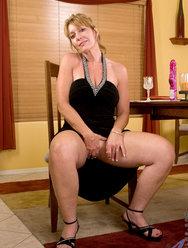 Одинокая женщина развлекается дома с вибратором - 1 картинка