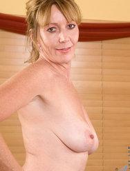 Одинокая женщина развлекается дома с вибратором - 7 картинка