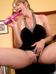 Одинокая женщина развлекается дома с вибратором - 4 картинка