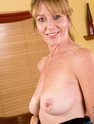 Одинокая женщина развлекается дома с вибратором - 6 картинка