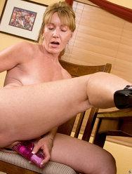 Одинокая женщина развлекается дома с вибратором - 10 картинка