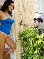 Секс пышногрудой с пареньком который подглядывал за ней - 1 картинка