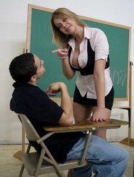 Молодая учительница раздвинула ноги для своего ученика - 2 картинка