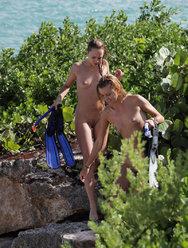 Секс двух девчонок с парнем на диком пляже - 1 картинка