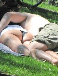 Сделал несколько фоток у отдыхающей девушки под юбкой - 12 картинка
