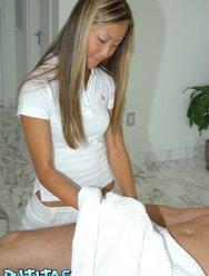 Азиатка сделала сексуальный массаж клиенту за деньги - 2 картинка