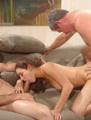 Милая девчонка любит спать со взрослыми мужиками за деньги - 6 картинка