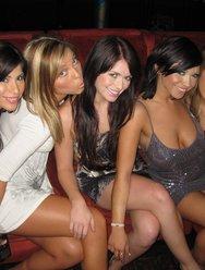 Разврат девушек со стриптизером в клубе - 3 картинка