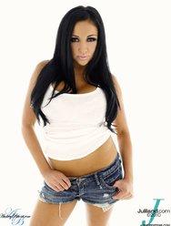 Сексапильная милашка в коротких шортах показала большую грудь - 1 картинка