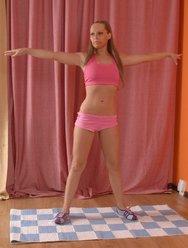 Голая гимнастка делает растяжку - 2 картинка
