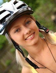 Голая велосипедистка в лесу - 4 картинка