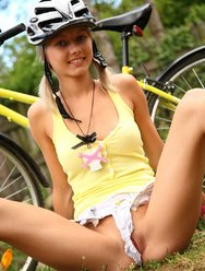 Голая велосипедистка в лесу - 6 картинка