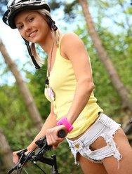 Голая велосипедистка в лесу - 1 картинка