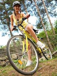 Голая велосипедистка в лесу - 3 картинка