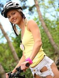 Голая велосипедистка в лесу - 16 картинка