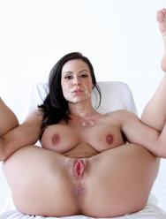 Камшот на лицо сексапильной брюнетки - 4 картинка