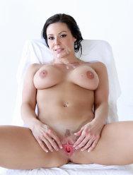 Камшот на лицо сексапильной брюнетки - 12 картинка