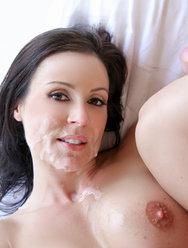 Камшот на лицо сексапильной брюнетки - 8 картинка