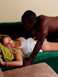 Негр насилует спящую соседку - 1 картинка