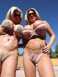 Две подружки с  большими сиськами ублажают мужика - 1 картинка