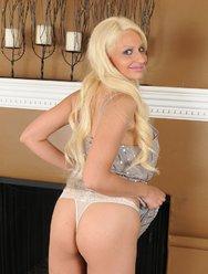 Жгучая блондинка с красивыми большими сиськами - 3 картинка