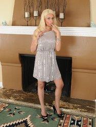 Жгучая блондинка с красивыми большими сиськами - 1 картинка