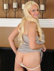 Жгучая блондинка с красивыми большими сиськами - 4 картинка