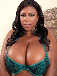 Негритянка показует свою большую грудь - 13 картинка