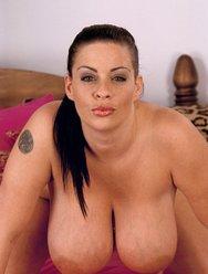 Анжела хочет ублажить сиськами  своего мужа - 8 картинка