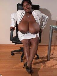 Негритянка и её Батоны - 3 картинка