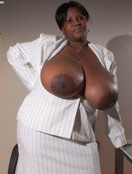 Негритянка и её Батоны - 1 картинка