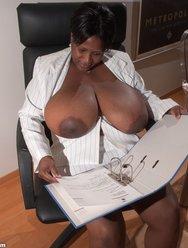 Негритянка и её Батоны - 4 картинка