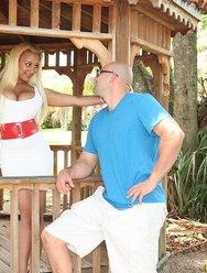 Грудастая блондинка сосёт огромный член - 1 картинка