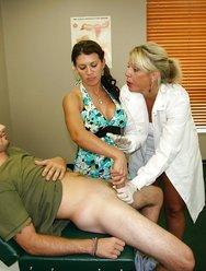 Жена с врачом дрочат мужу - 7 картинка